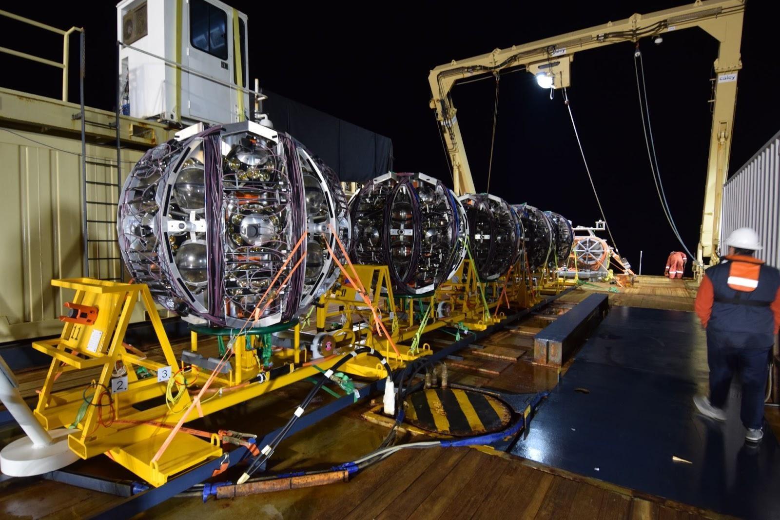 Les 5 unités de détection de KM3NeT à bord du navire de déploiement